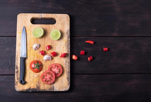 Ингредиенты и нож на темном фоне