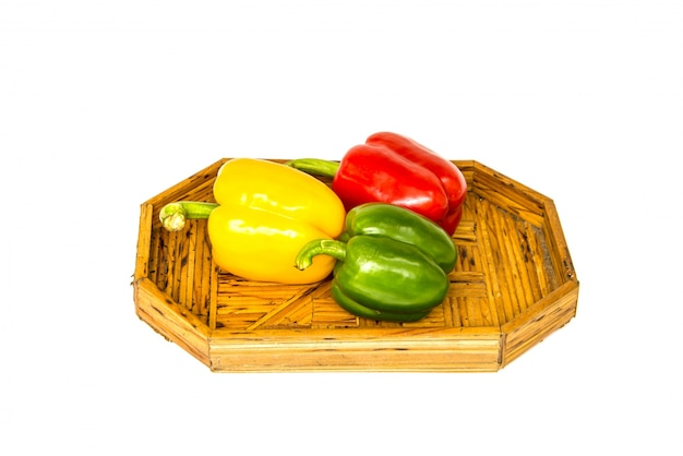 緑色の黄色と赤のピーマン