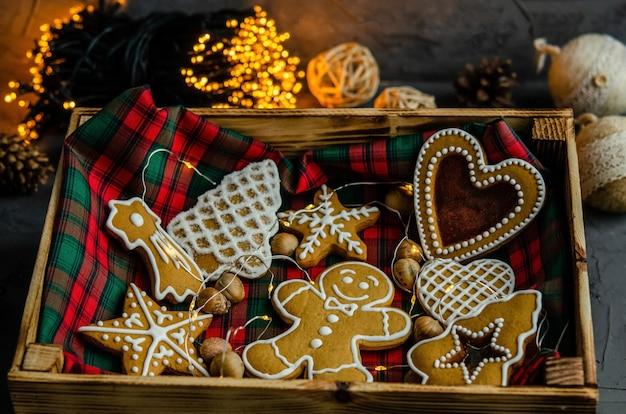 暗い背景に描かれた白い粉砂糖とクリスマスのジンジャーブレッド。
