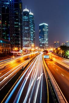 Городской трафик с городским пейзажем