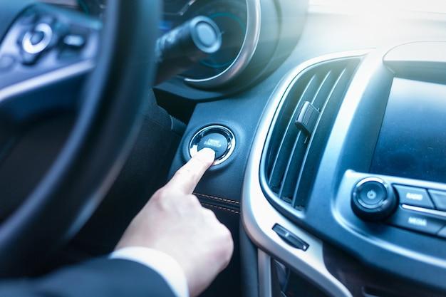 車のスタートボタンを押して車両を始動する
