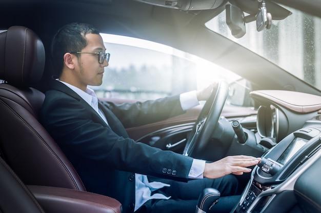 ビジネスマン、車のサイド写真を運転する