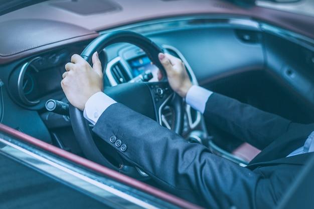 ビジネスマンは車で車を運転する