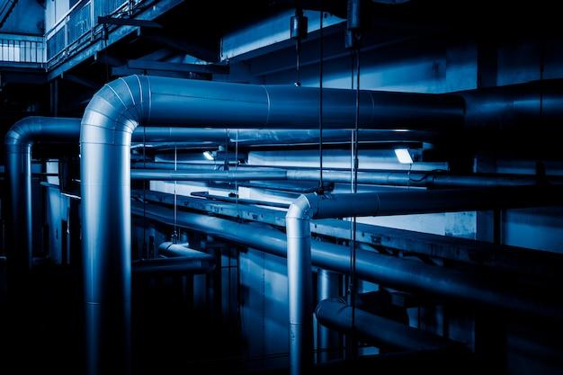 工場内のスチールパイプラインとケーブル
