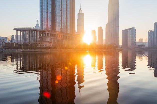 Река и современные здания против неба