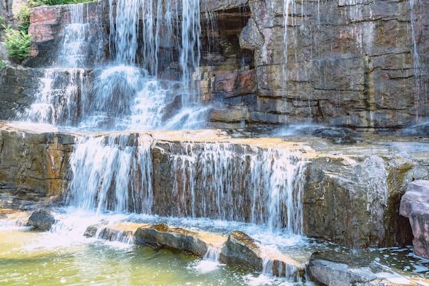 石と滝の背景