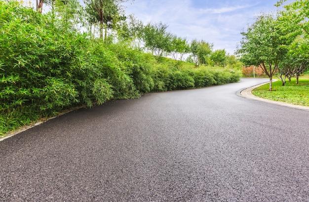 Кривая дорога в горной местности