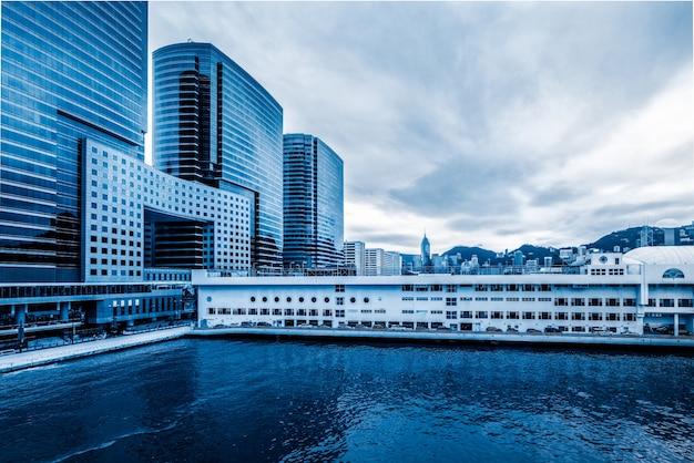 香港ビクトリアハーバークルーズターミナルと近代建築