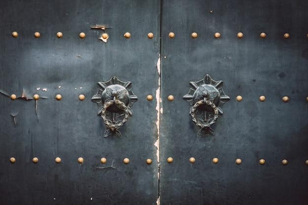 Древние черные двери и замки