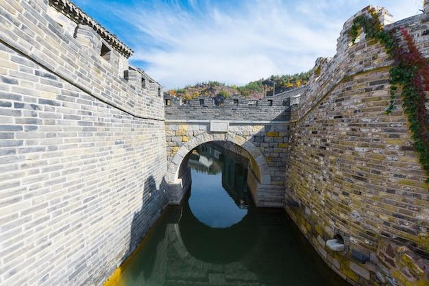 Древняя архитектура и древний каменный арочный мост