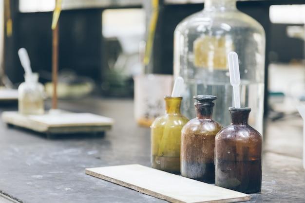 工場実験室のビーカーとテーブル