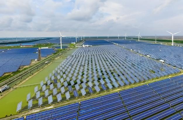 Промышленный ландшафт с различными энергетическими ресурсами. устойчивое развитие.