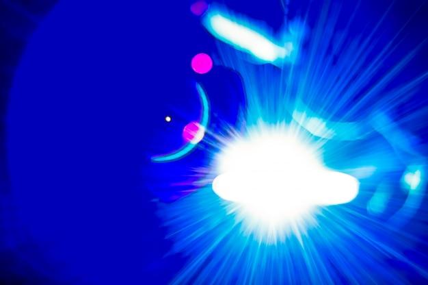 溶接機と明るい火花。生産と建設