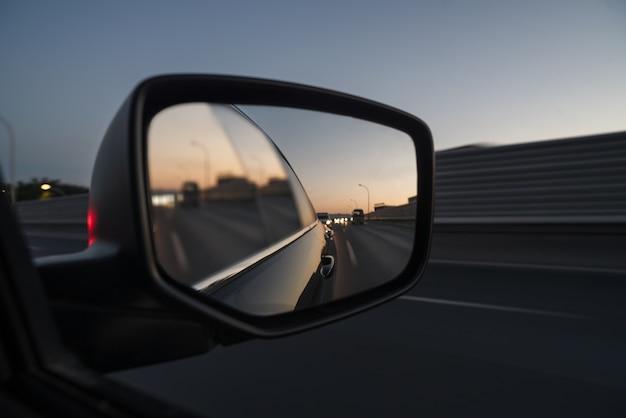 車の窓からの交通の眺め