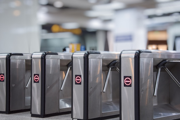 地下鉄の入り口でのチケットの障壁