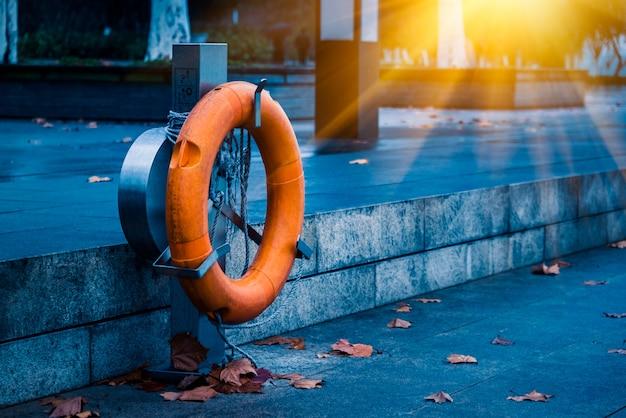 Оранжевый спасательный спасательный круг