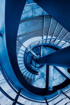 らせん状の階段の上に直接に。