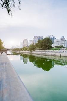 Городской горизонт города вдоль реки