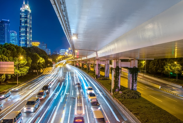 交通量と歩道の光がある夜の街並み。