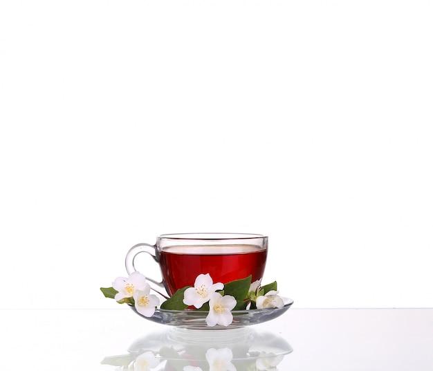 Травяной чай на белом фоне