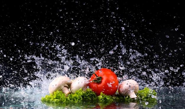 赤いトマトチェリー、マッシュルーム、水滴とグリーンフレッシュサラダ