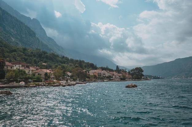 Побережье адриатического моря на солнечный день летний пейзаж. черногория.