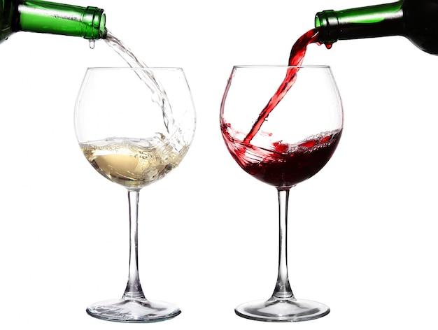 Две бутылки розлива красного и белого вина в два стакана