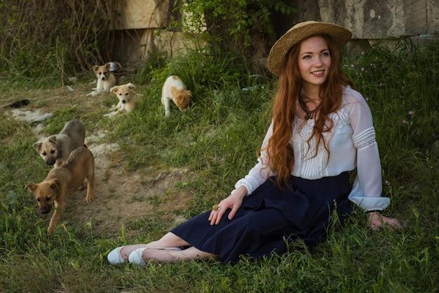 Красивая женщина с рыжими волосами в соломенной шляпе