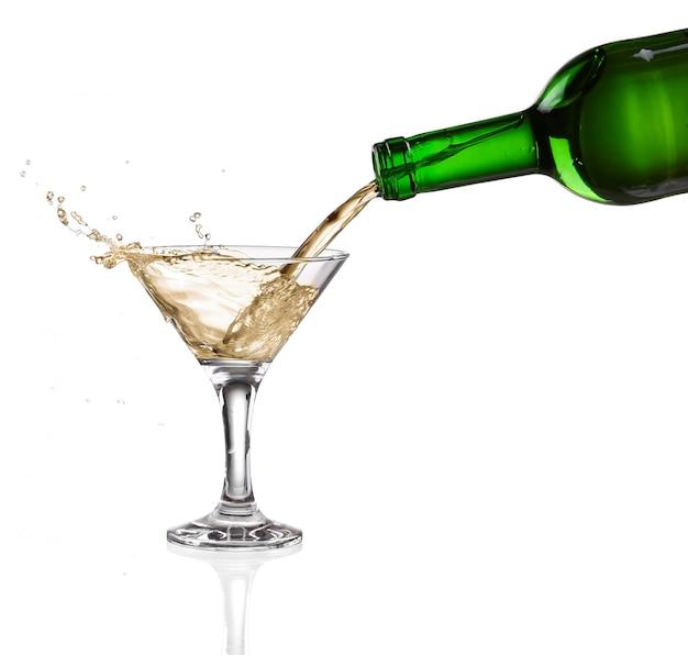 ボトルから注ぐ白ワインイントロ白い背景の上のガラス