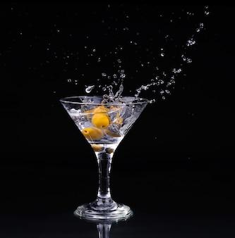 Вермут коктейль в бокале для мартини на темном фоне