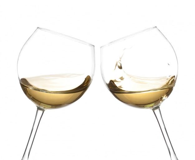 白い背景で隔離の白ワインとチャリンという音グラス