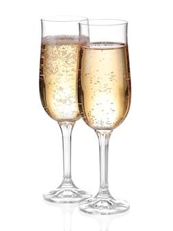 Два бокала с шампанским. изолированные на белом с обтравочный контур.