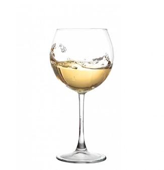 Белое вино кружится в бокале, изолированных на белом фоне