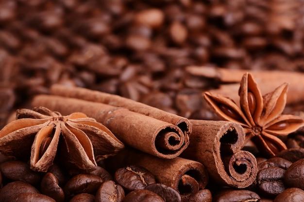 コーヒー豆、シナモン、解任の背景にスターアニス。