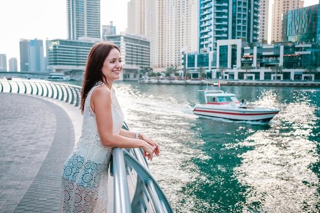 Наслаждаясь путешествием в объединенных арабских эмиратах. счастливая женщина
