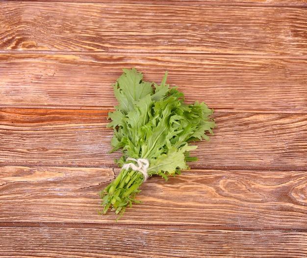 Травы висят над деревянной стеной