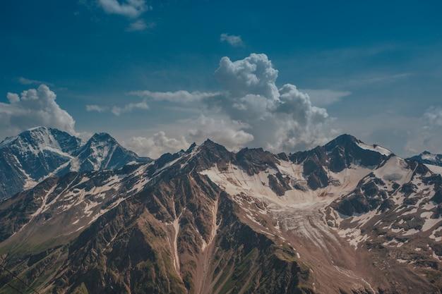 エルブルス、夏の山。エルブルス山からのより大きなコーカサス山脈