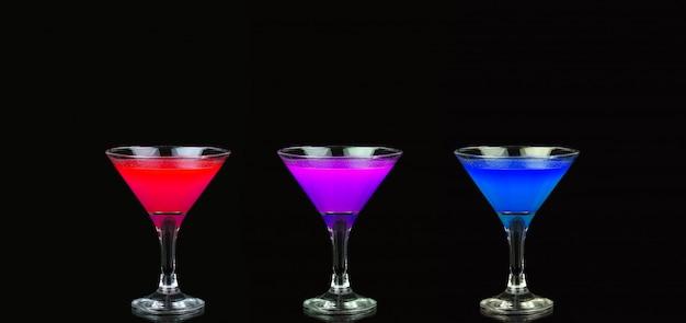黒の前で素敵な赤、紫、青の国際色豊かなカクテル