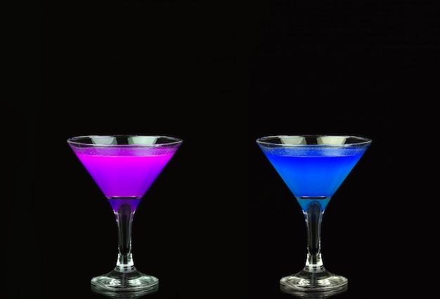 黒の前で素敵な紫と青のコスモポリタンカクテル