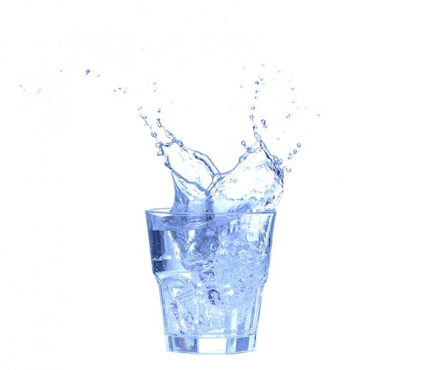 ガラスの水、氷、白の新鮮なレモンのスライス
