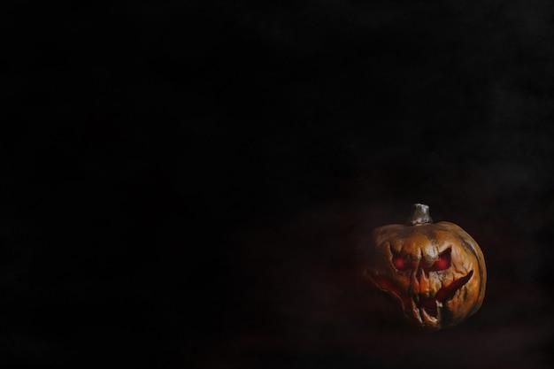 赤い目黒の背景とハロウィンのカボチャの頭