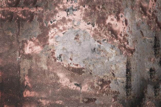 暗い茶色の地面の金属の壁