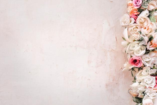 花のあるコンクリート壁