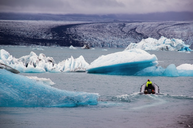 氷河の中のボート