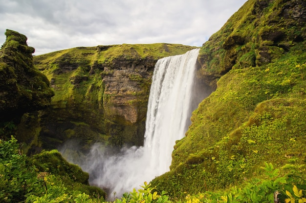 Водопад между зелеными горами