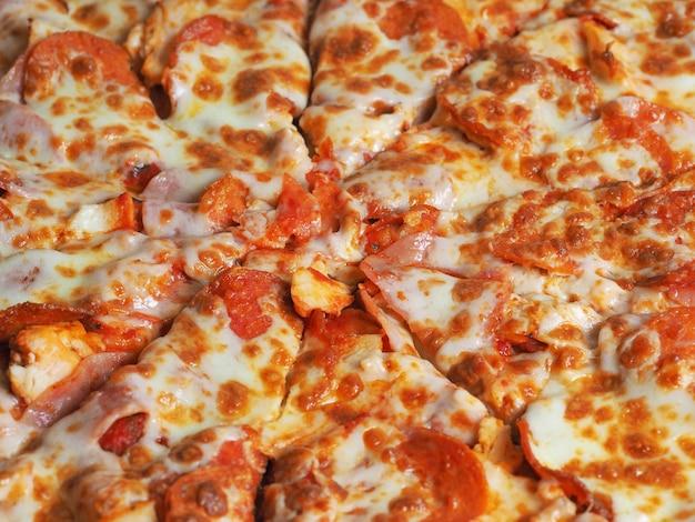ハム、ペローニ、チーズのピザのクローズアップトップビュー
