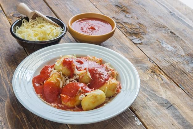自家製トマトソースとチーズのペスト詰めニョッキ