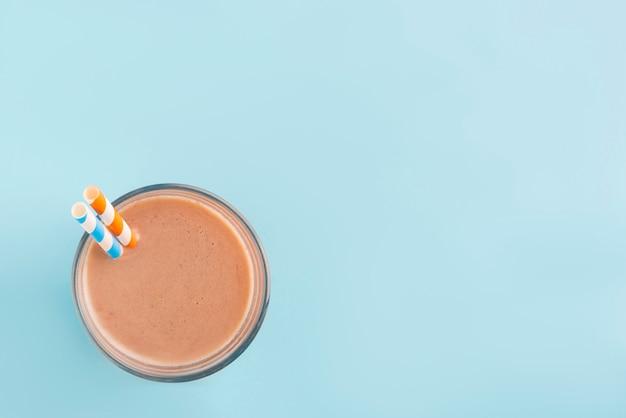 青い色の背景上のチョコレートのスムージー