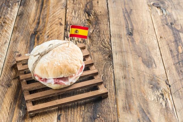 パンとセラーノハムの典型的なスペインの朝食