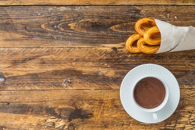 チョコと典型的な甘い朝食のチュロス